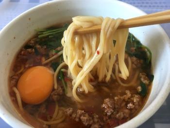 箸で麺を持ち上げた画像