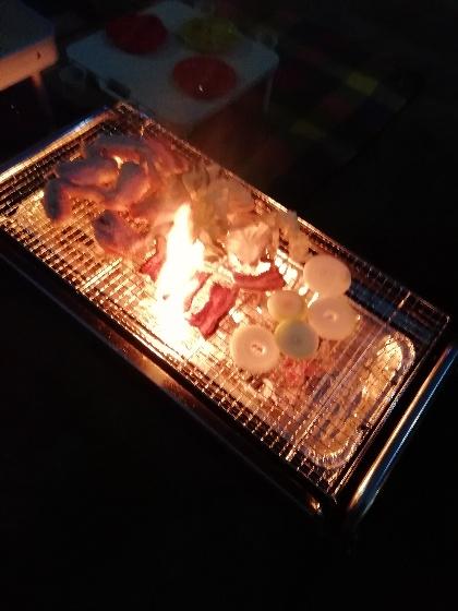 バーベキューで燃える豚バラ