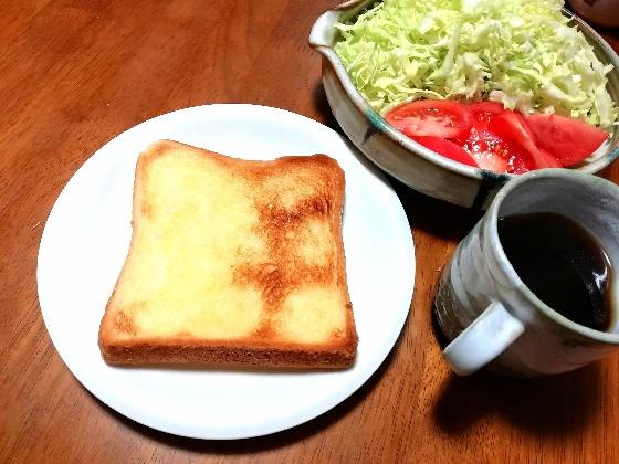 塩マーガリントースト トマト キャベツ サラダ コーヒー 食パン 朝食