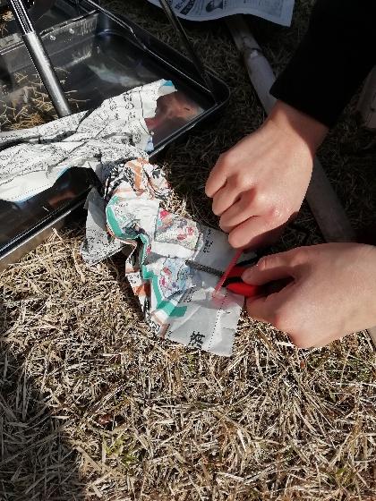 セリア ファイアスターター 火をおこす 娘 画像 新聞紙