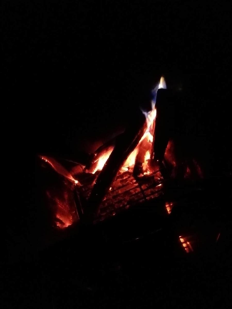 キャンプ 焚火 ファイヤー 写真 画像