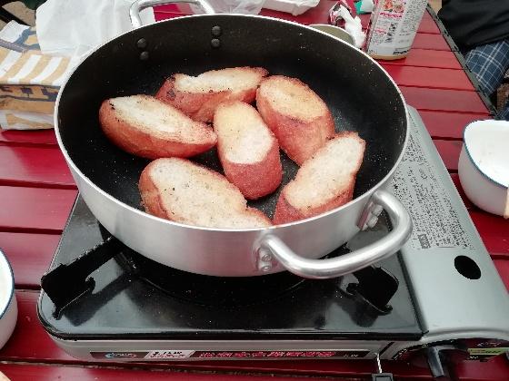 キャンプ アウトドア ガーリックトースト フランスパン 簡単 塩コショウ バター マーガリン ニンニクチューブ 画像 写真
