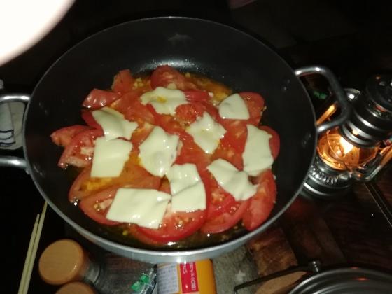 キャンプ飯 トマト ニンニク チーズ トマトチーズ焼き 晩御飯 おいしい オススメ 写真 画像