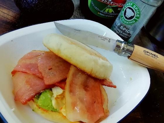 アボカドベーコンエッグマフィン キャンプ飯 朝食 キャンプ おいしい 画像 写真 イングリッシュマフィン アボカド ベーコン エッグ バター