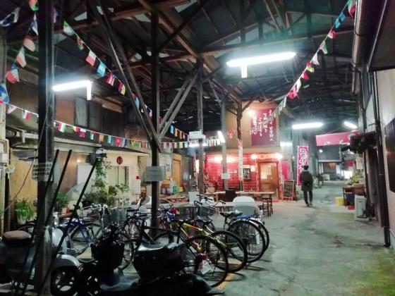 さびれた街 商店街 夜 居酒屋 趣 写真 画像 屋台 焼き鳥屋