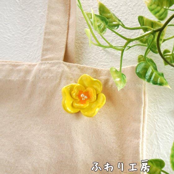 黄色 花 立体型 ブローチ ハンドメイド 粘土 石塑粘土 手作り creema
