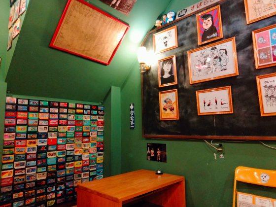 八女 ウメノ商店 昭和レトロ カフェ 机 学校 椅子 写真 画像 壁