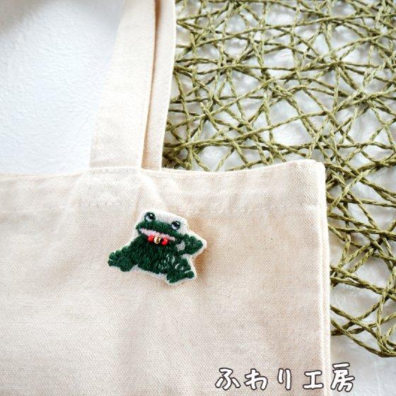 カエル 蛙 刺繍 刺繡ブローチ 写真 画像 ハンドメイド ハンドメイドアクセサリー