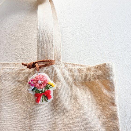 ハンドメイド 刺繍 花 バッグチャーム かわいい 革ひも 写真 画像 手作り ものづくり