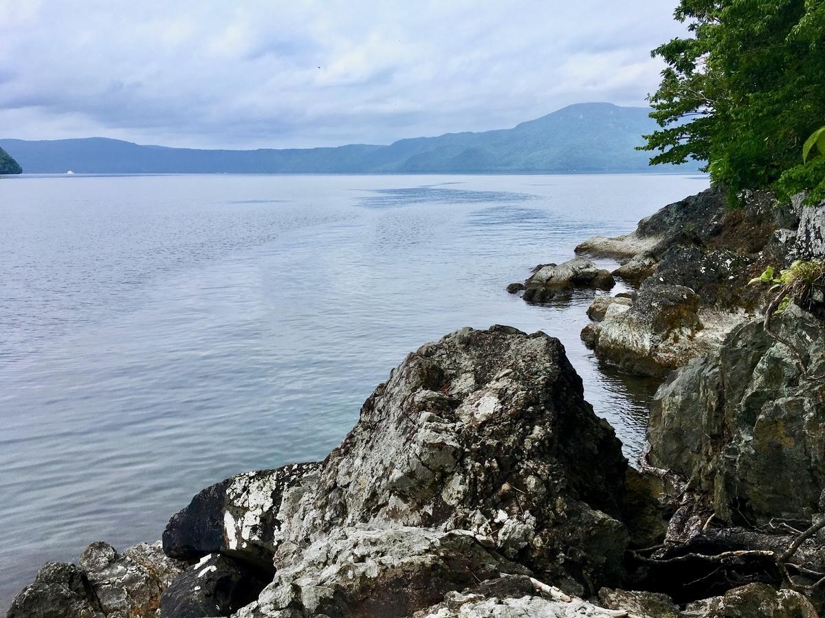 松倉神社の岩場から望む十和田湖