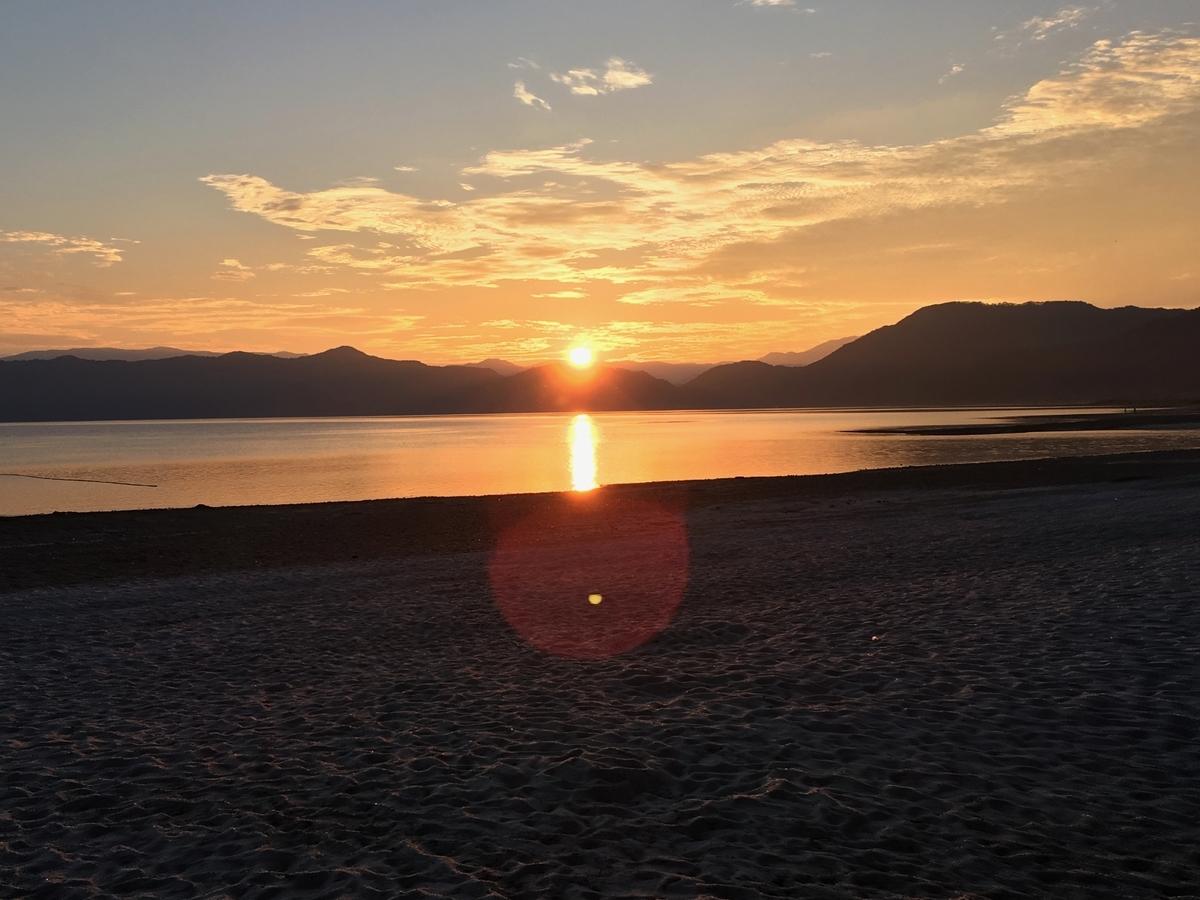 田沢湖に沈む夕日と夕焼け