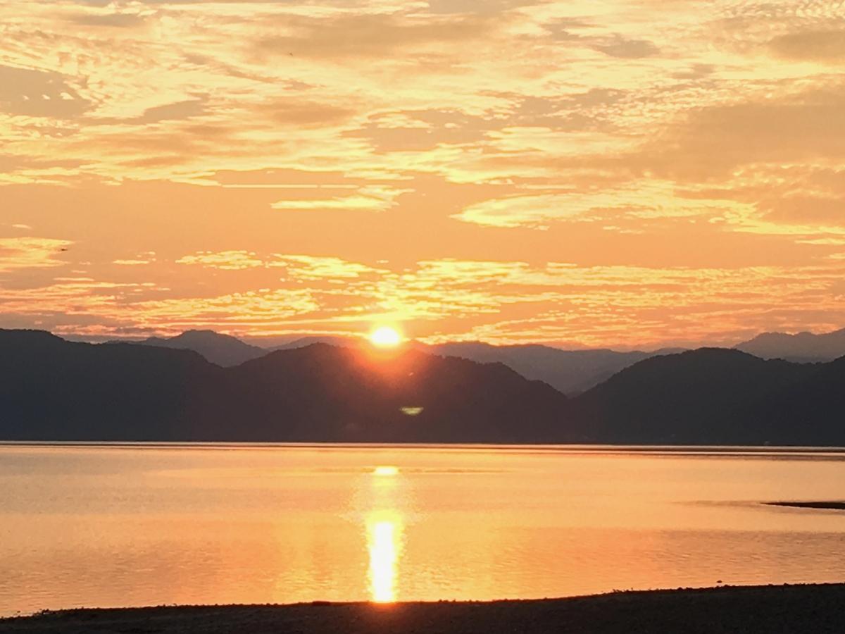 田沢湖の外輪山に沈む夕日と夕焼け