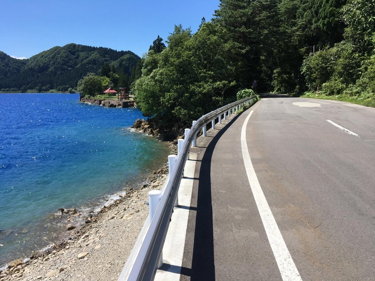 秋田県道38号田沢湖西木線 御座石神社付近から見る田沢湖