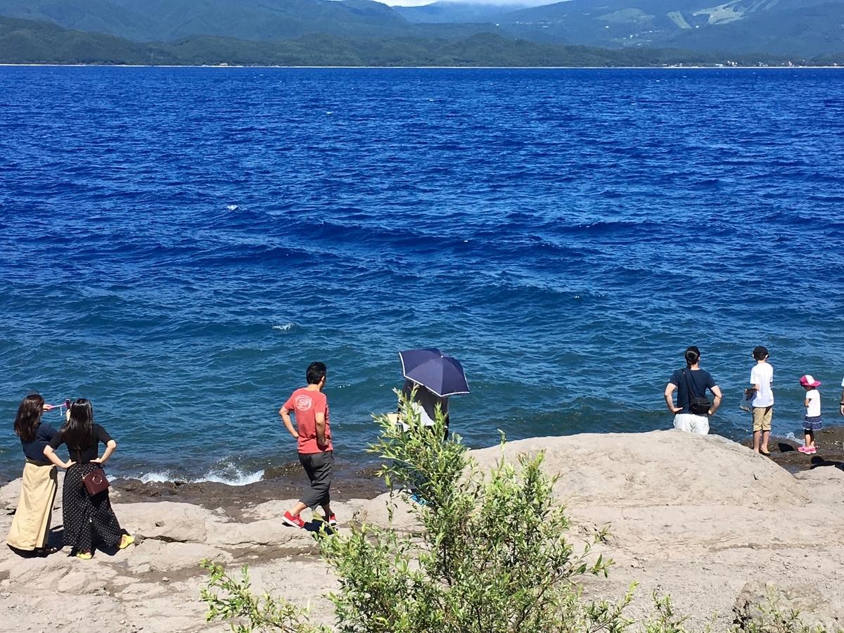 田沢湖ブルーに魅了される観光客の皆様
