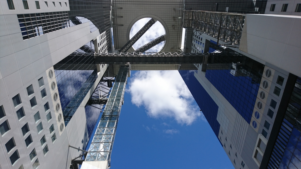 新梅田シティを下から見上げた写真