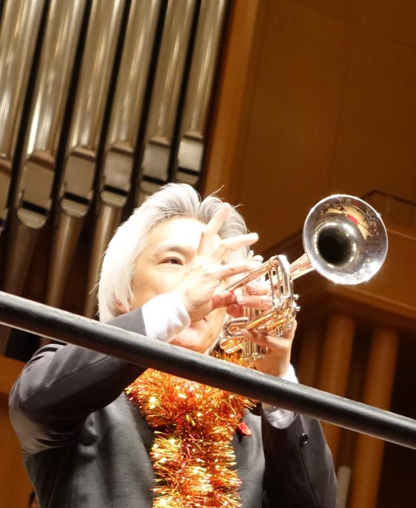 指揮の合間にトランペットを演奏する栗田さん