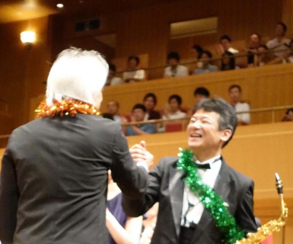 握手する栗田さんと榮村さん