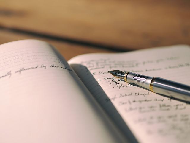 万年筆とノートの画像