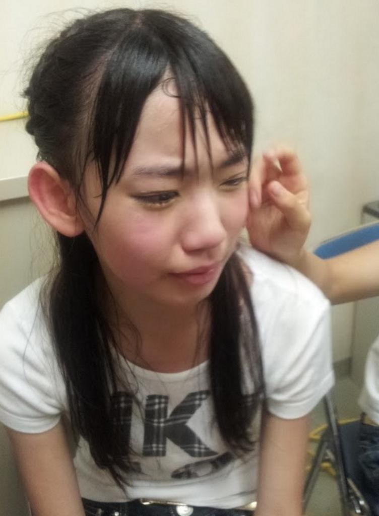 花火の音に驚いて泣いてしまう宮脇咲良の画像