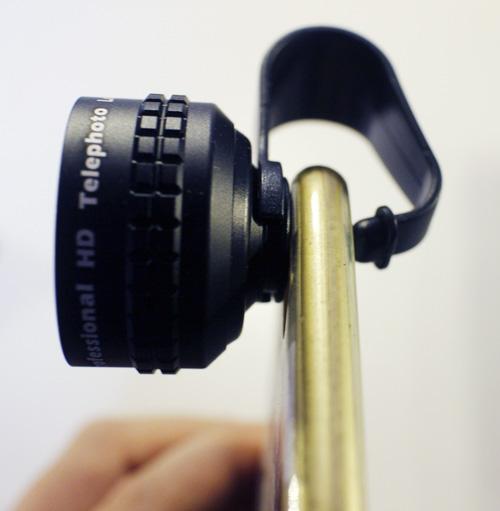 AUKEYのスマホ用レンズを実際にスマホに付けてみた様子の画像