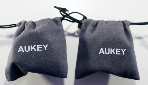 Aukeyのスマホ用レンズの袋です。小さいです。