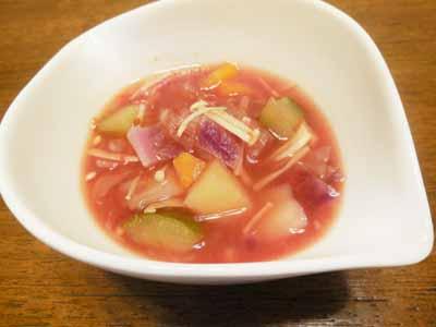 マゼンタ色の野菜スープ