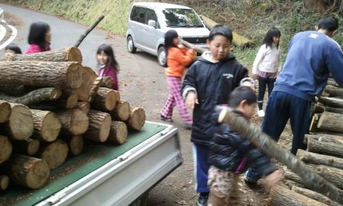 原木を運ぶ作業