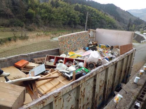 トラックいっぱいのゴミや不用品