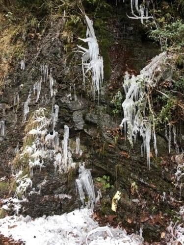 岩に流れる水が凍ったツララ