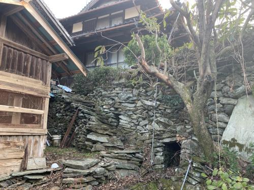 石垣の上の家