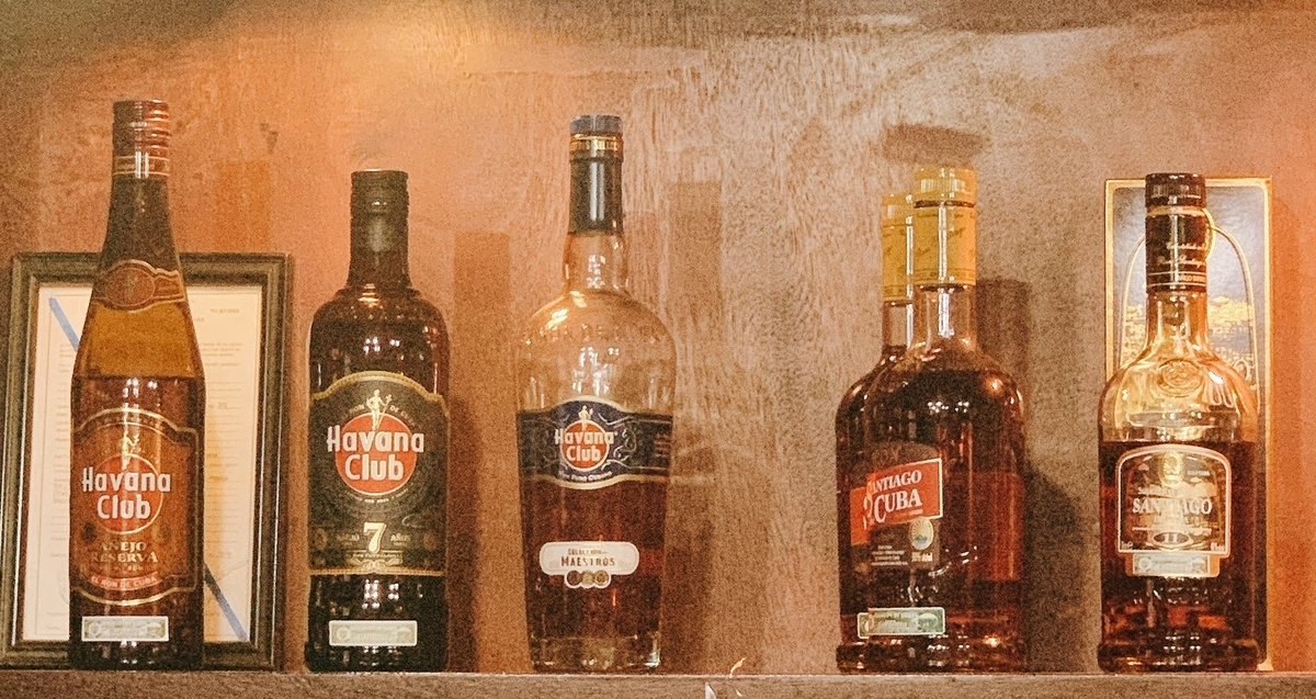 バーに並ぶキューバのラム酒の種類