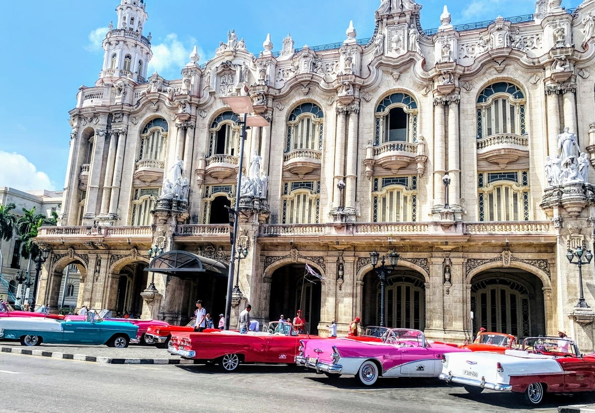 ハバナ旧市街のクラシックカーが並ぶ景色