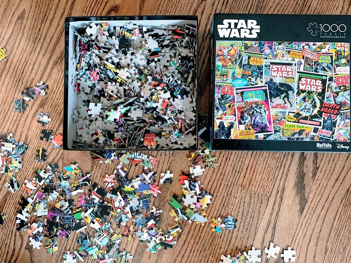 箱の中身のパズルの小さいピースたち