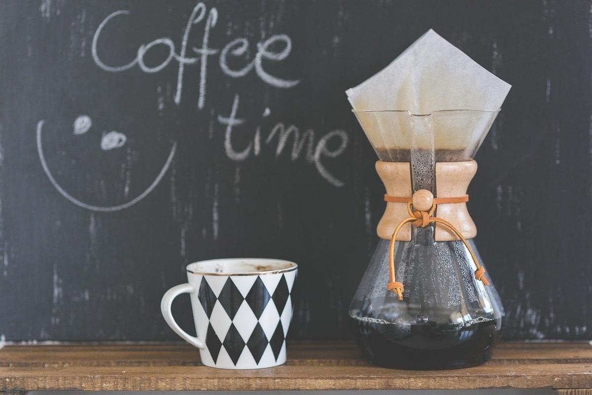 ハンドドリップコーヒーとカップ
