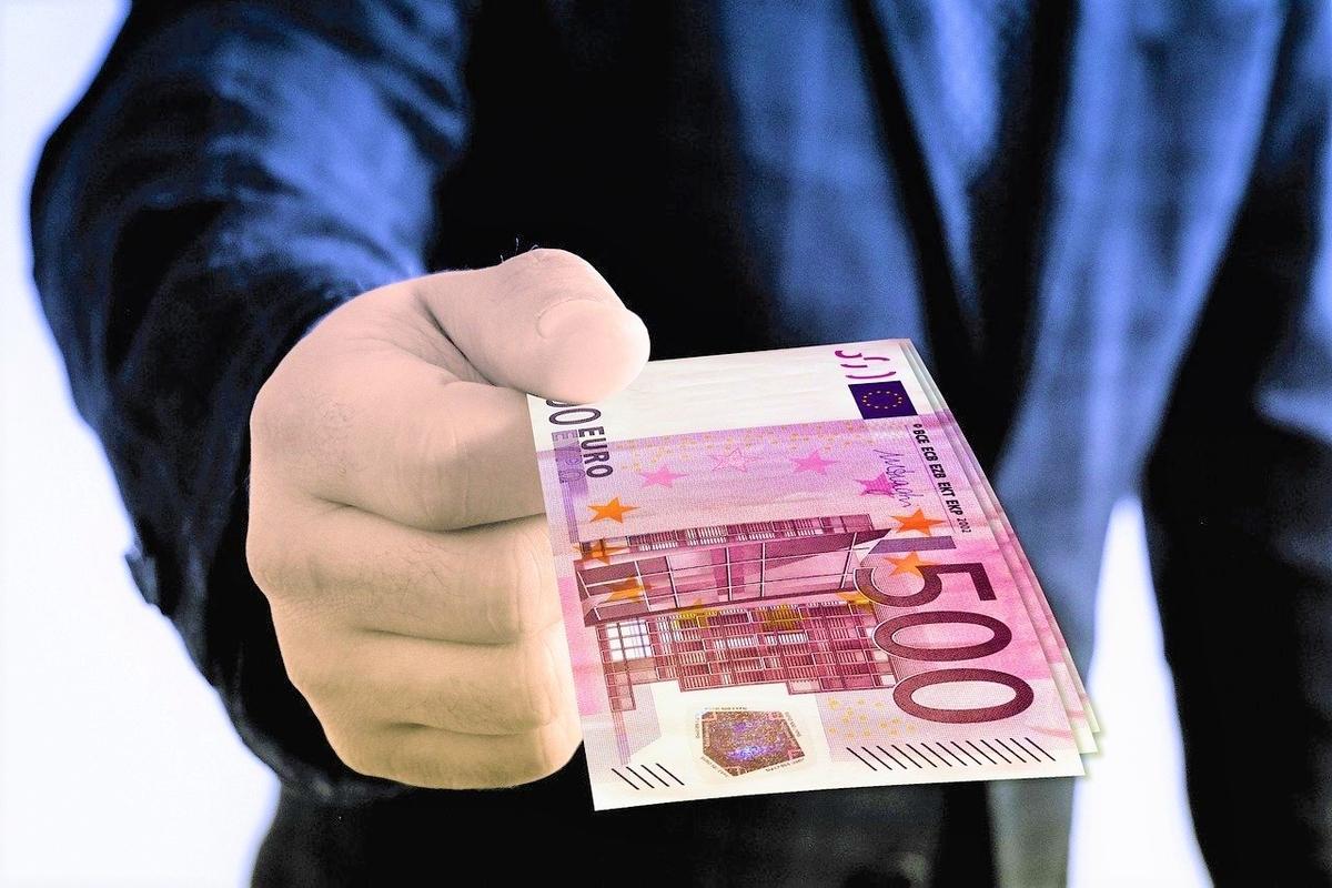 500ユーロを差し出す手