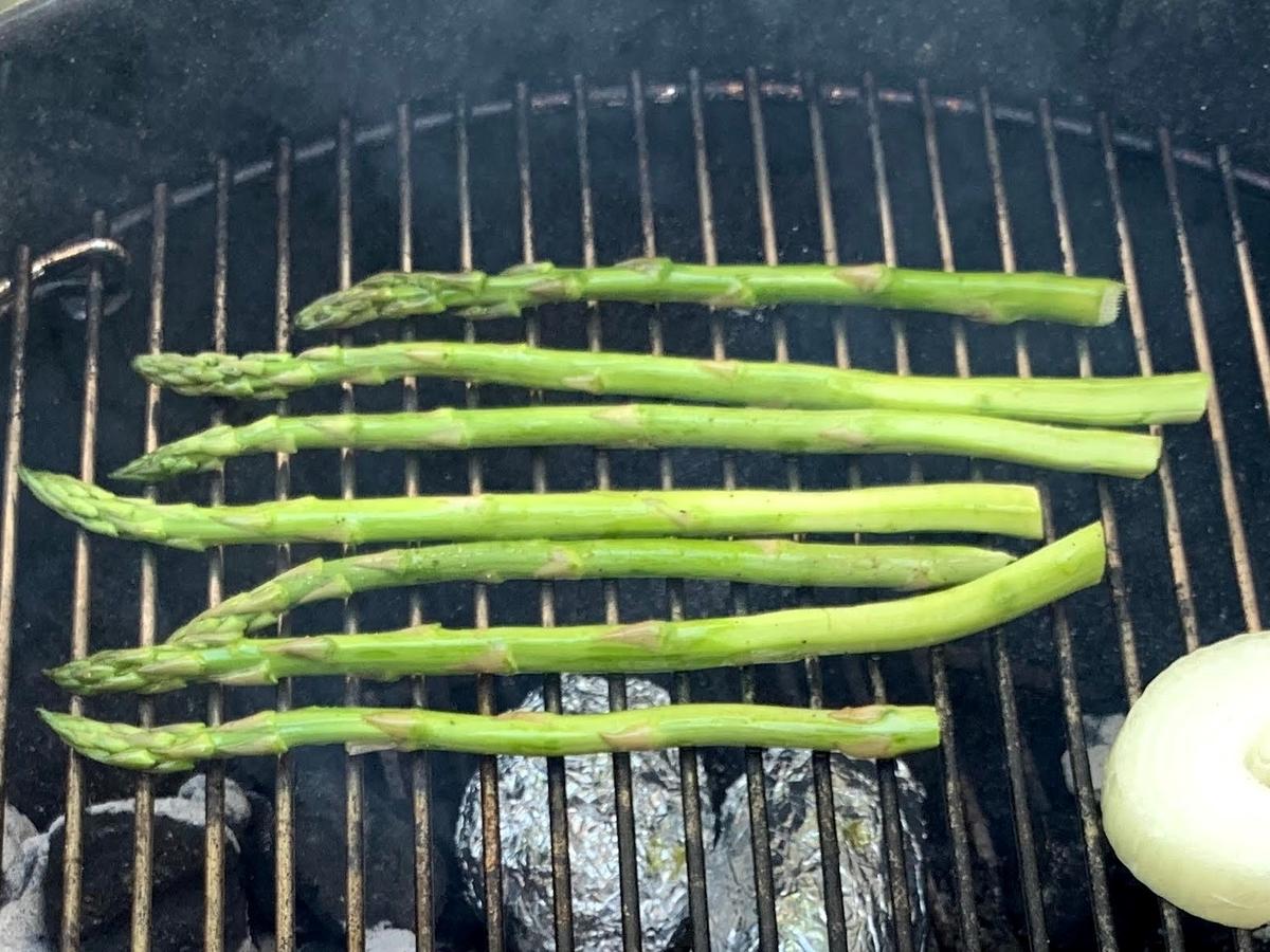 BBQのアスパラ丸ごと焼き