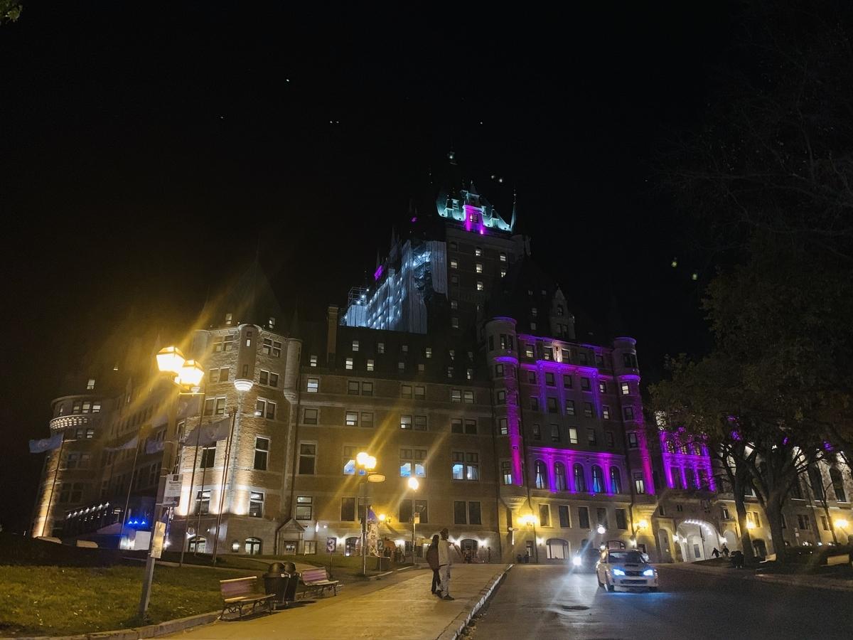 ケベック:トッケビのホテル夜のライトアップされたシャトーフロナンテック