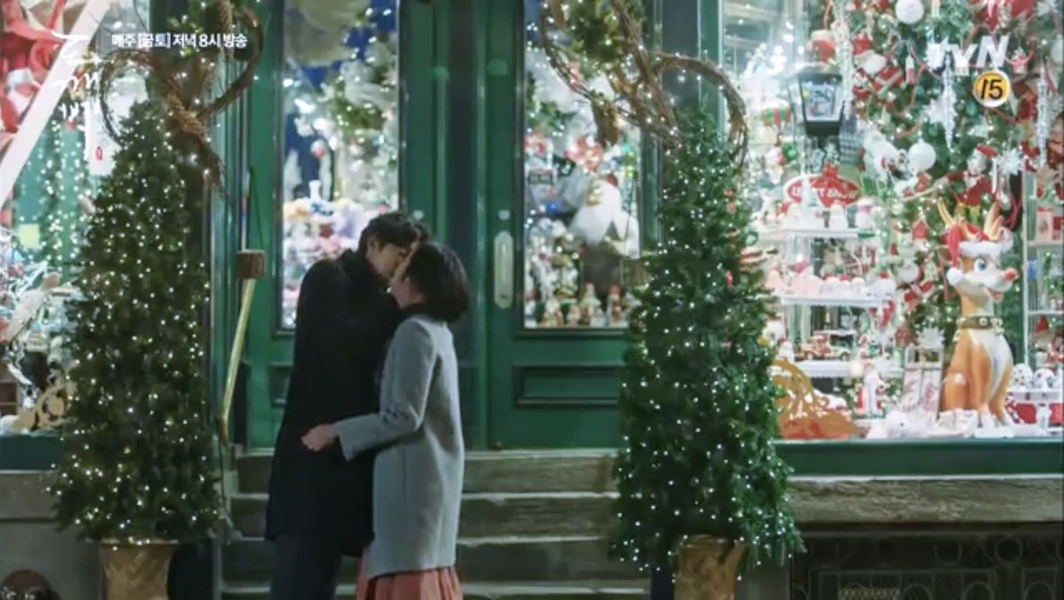 トッケビ:ケベックのクリスマスショップでのキスシーン