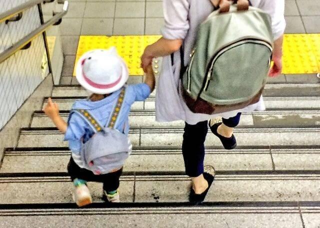 一緒に歩く親子