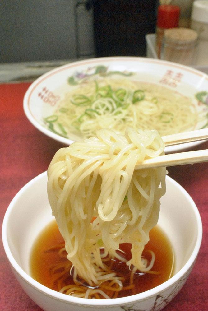 バー・カウンターでシャーッ……博多町家の長〜いカウンターで夏にうれしいラーメンを食す【福岡】
