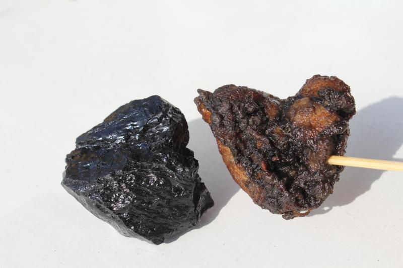 まるで「鉱物」のよう! まさに黒いダイヤモンド「石炭ザンギ」を食べてきた