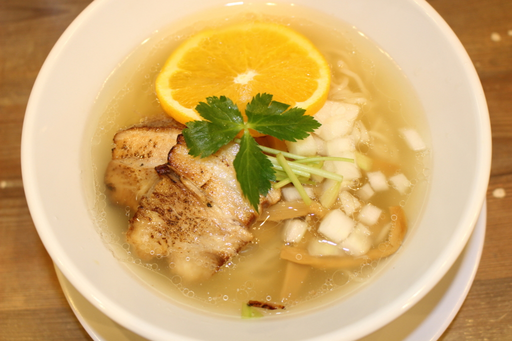 オレンジで味変! 「希望新風」限定塩ラーメンのコク深い味わいに昇天【大阪】
