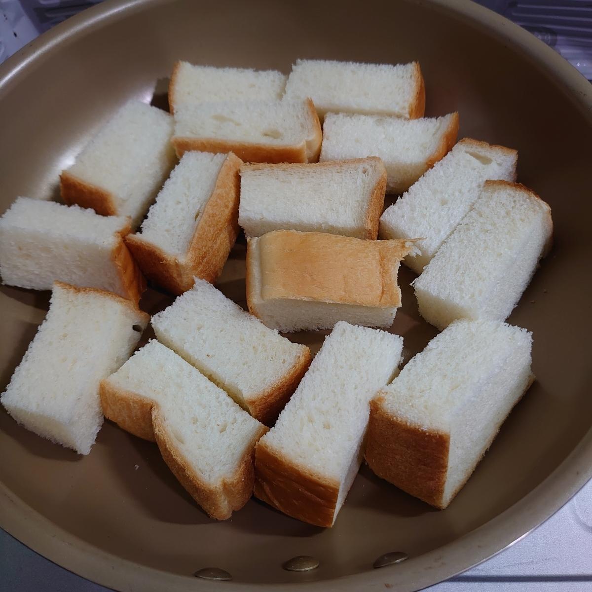フライパンに入った食パン