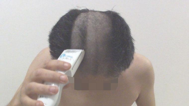 バリカンで髪を切る