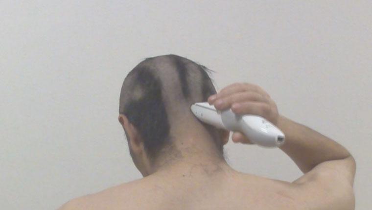 バリカンで後ろ髪を切る