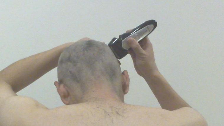 シェーバーで後ろ頭を剃る