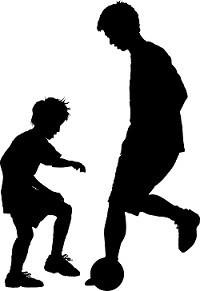 息子とサッカーをする父親