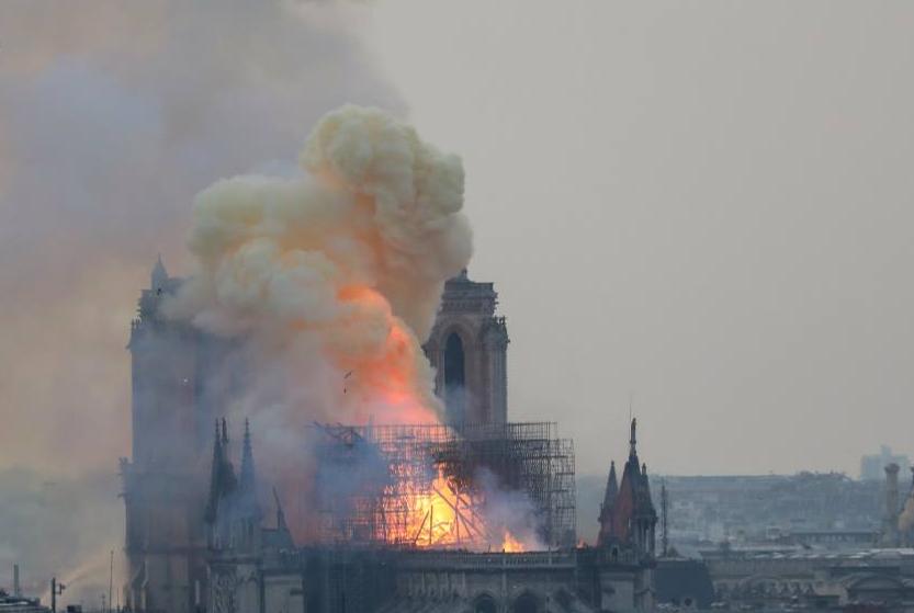 パリのノートルダム大聖堂が炎上