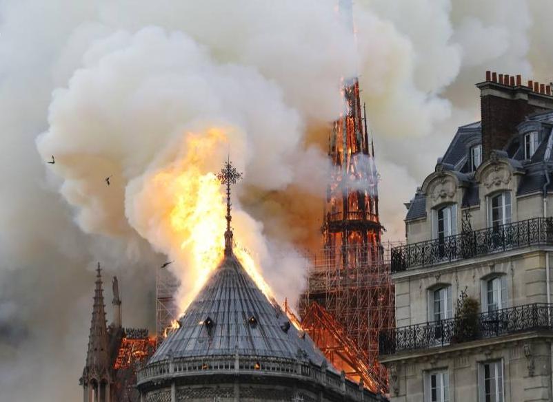 パリのノートルダム大聖堂で出火。