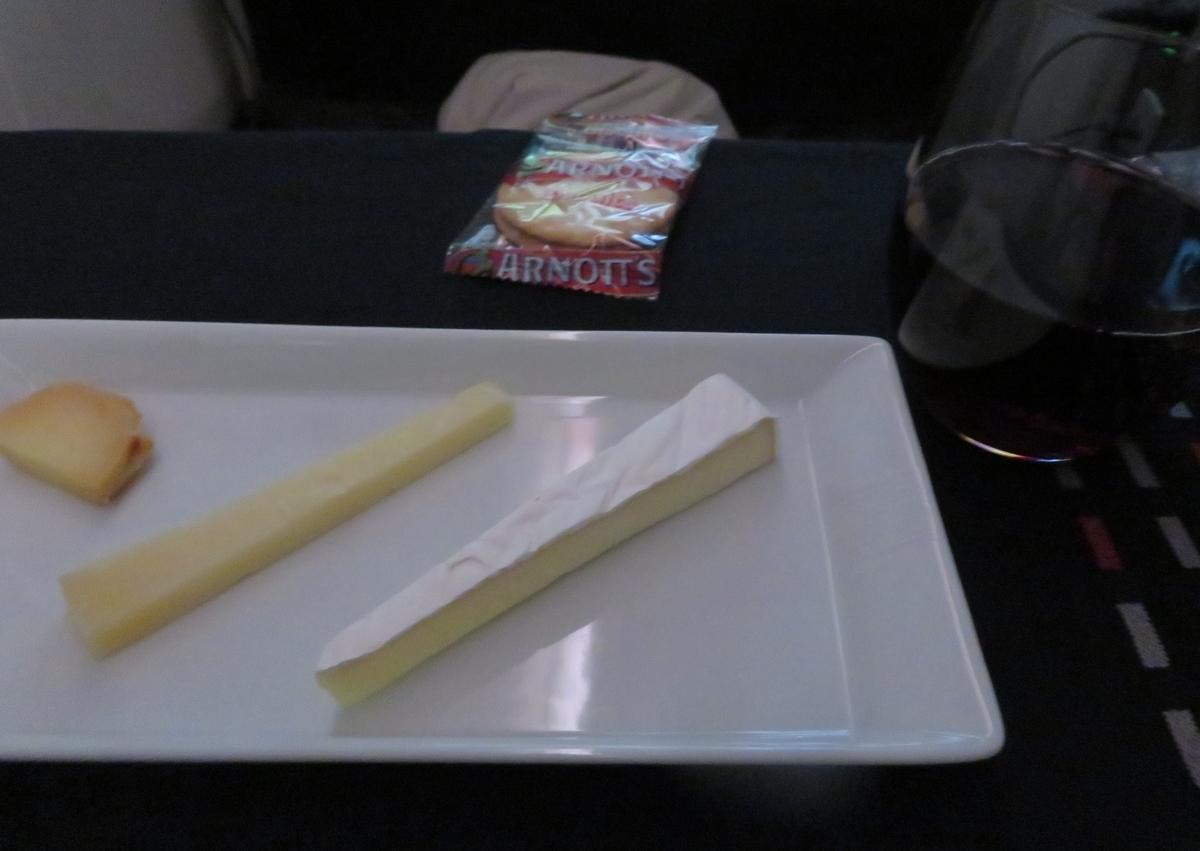 JAL0780ビジネスクラスの食事(チーズ)